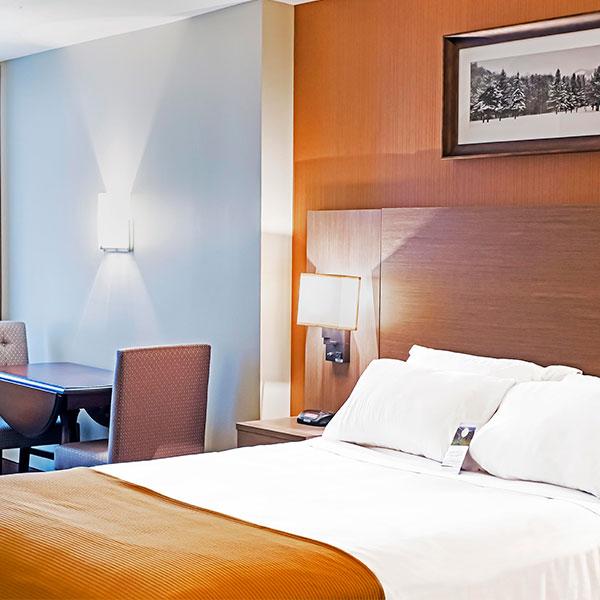 Mont Tremblant Holidat Inn hotel room 2